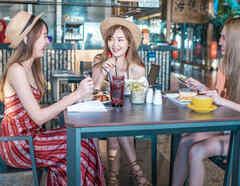 Mujeres desayunando en un restaurante
