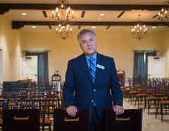 Rafael Rodríguez, director de la Funeraria del Ángel Bell, en Bell, California, dice que su oficina recibe a diario peticiones de clientes solicitando ayuda con el programa de asistencia funeraria de FEMA.