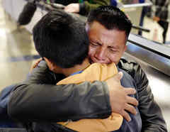 """David Xol-Cholom, originario de Guatemala, abraza a su hijo, Byron, al reunirse después de ser separados un año y medio por la política """"tolerancia cero"""" en Estados Unidos."""
