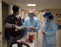 Personal de las Farmacias CVS revisa las notas antes de administrar la vacuna contra el COVID-19