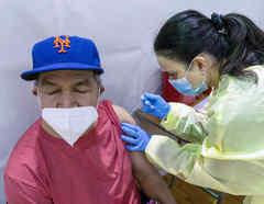 Hay evidencia de que las vacunas existentes contra el COVID-19 están funcionando contra la variante delta.