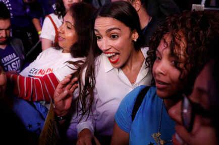 Alexandria Ocasio Cortez celebra su triunfo con sus seguidores el 6 de noviembre de 2018. Cortez, la primera mujer más joven elegida al Congreso, es una latina del Bronx de Nueva York.