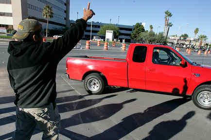Jornalero busca empleo en una calle en EEUU