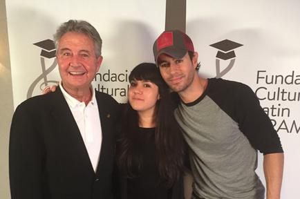 Enrique Iglesias junto a la beneficiara de la beca Enrique Iglesias