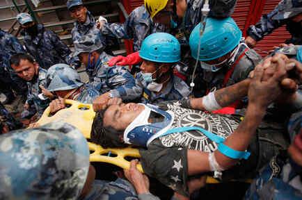 hallan a joven vivo en nepal tras 5 dias bajo escombros