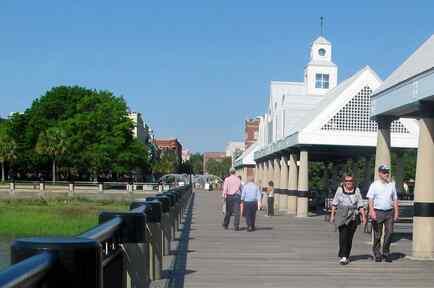 Los visitantes pasean por las costas en Charleston, Carolina del suro, el 23 de abril del 2015.