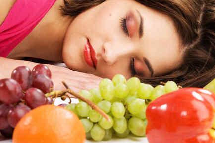 Mujer durmiendo con fruta
