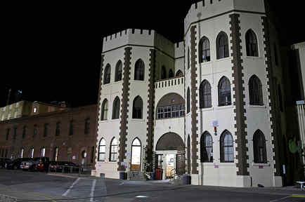 Esta imagen del 7 de noviembre de 2013 muestra la entrada al patio principal y bloque de celdas en la Prisión Estatal San Quentin, en San Quentin, California.
