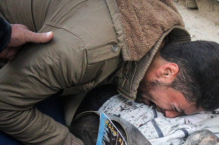 Hombre sirio llorando