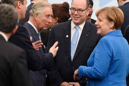 El primer ministro David Cameron, el príncipe Carlos de Inglaterra, el príncipe Albert II de Mónaco, y la canciller alemana Angela Merkel llegan a una foto de grupo como parte de la conferencia de cambio climático de la ONU el lunes a las afueras de París
