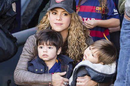 Shakira, Sasha y Milan durante el partido de FC Barcelona