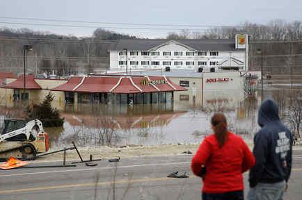 Dos personas se paran sobre una colina para tener una mejor vista de la inundación causada por el río Bourbeuse el martes 29 de diciembre de 2015, en Union, Missouri. Las inundaciones han obligado al cierre de carreteras y amenazan a cientos de casas.