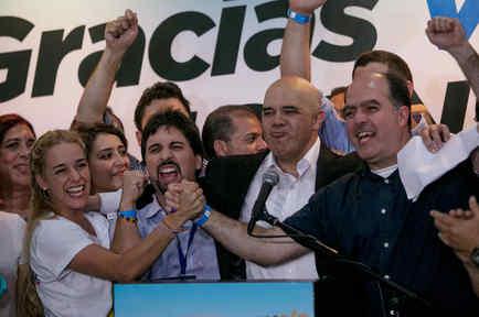 Los líderes opositores de izquierda a derecha Lilian Tintori, esposa del encarcelado líder Leopoldo Lopez; Freddy Guevara, del partido Voluntad Popular, y Jesús Torrealba, líder del Movimiento de Unidad Democratica, y el diputado electo Julio Borges