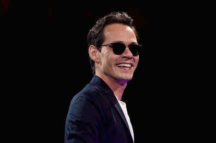 Marc Anthony en su concierto en Nueva York sonriendo con lentes oscuros