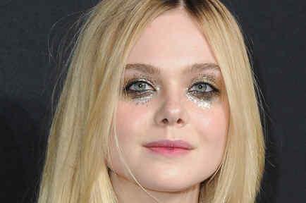 Elle Fanning llegó al desfile de Saint Laurent con glitter tears