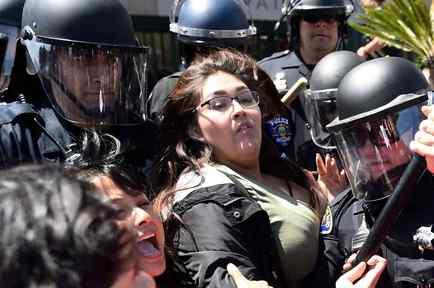 Policía contiene a manifestantes