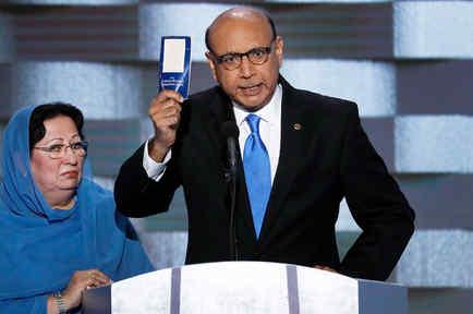 Khizr Khan, padre del capitán del ejército estadounidense Humayun S. M. Khan, caído ej combate, muestra un ejemplar de la Constitución de los Estados Unidos en la Convención Nacional Demócrata en Philadelphia el jueves, 28 de julio del 2016.