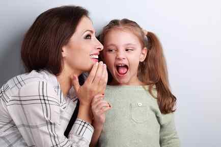 Niña hablando con su madre