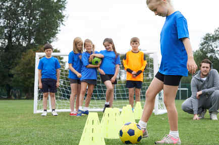 Niña practica futbol