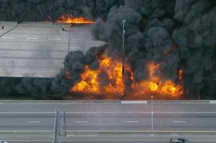 Incendio hace colapsar un puente
