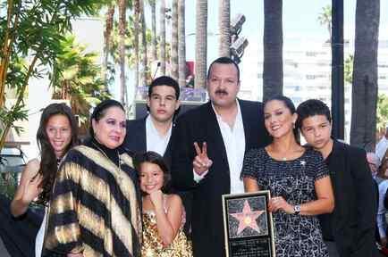 El cantante de música regional mexicana, Pepe Aguilar, junto con su familia. El joven a la izquierda de la foto es el hijo mayor, acusado de traficar con indocumentados