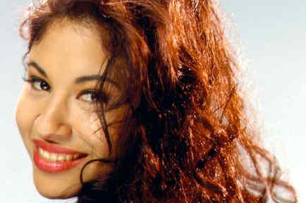 Selena Quintanilla volteando hacia la cámara