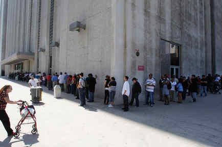 En esta fotografía de archivo del 18 de marzo de 2010, varias personas hacen fila afuera del Tribunal Metropolitano en Los Ángeles.