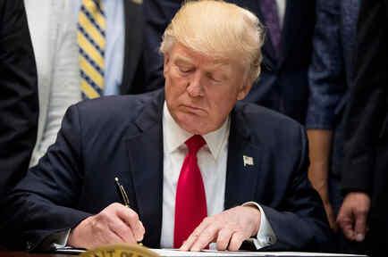 El presidente Donald Trump firma el Decreto de Federalismo Educativo durante un evento con gobernadores en la Sala Roosevelt de la Casa Blanca en Washington, el miércoles 26 de abril de 2017.