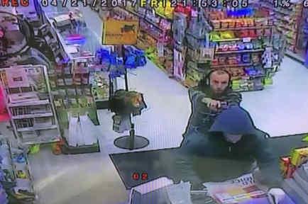 El empleado de una tienda dio una buena lección a este ladrón