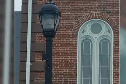 Lámpara con rostro espeluznante en Salem
