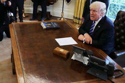 El presidente Trump fotografiado en el Despacho Oval, el 27 de abril de 2017. Foto de Reuters