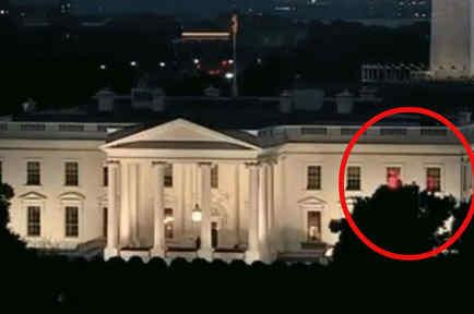 Casa Blanca con luces rojas
