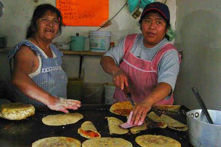 Dos mujeres cocinan en un puesto callejero de Ciudad de México en 2005.