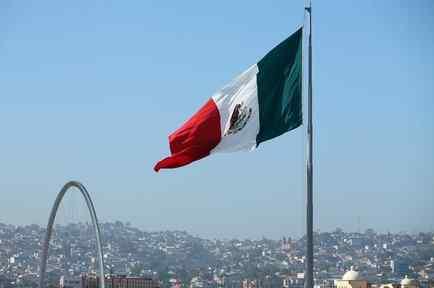 Bandera de México ondea sobre la capital mexicana
