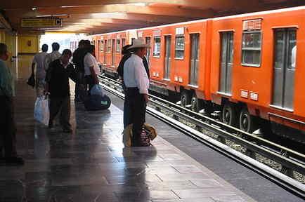 Metro de la Ciudad de Mexico en la estación Laraza, en el lado de la linea 5, en una foto de archivo.