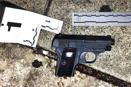 Arma falsa hallada tras el tiroteo de un hispano en Los Ángeles en 2016.