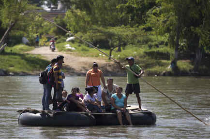 Un grupo de personas en balsa en la frontera de Guatemala y México en 2014.