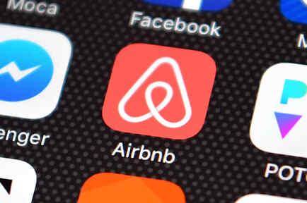 Celular con logo de Airbnb