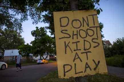 Cartel en Chicago donde se pide que se deje de disparar a niños