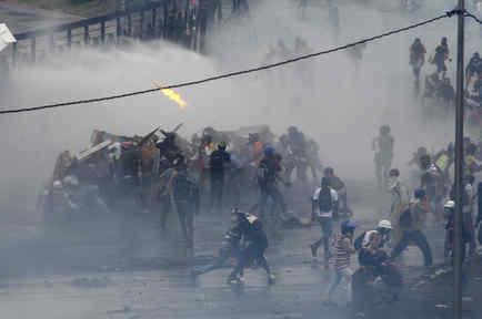 Enfrentamiento entre manifestantes y las autoridades en Caracas, el 24 de junio de 2017