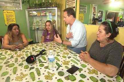 José realizando entrevista a la familia