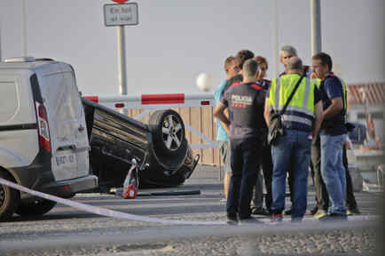 El coche en el que huyeron los terroristas y atropellaron a peatones en Cambrils.