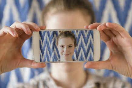 Mujer tomándose selfie