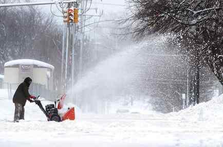 Un hombre despeja un camino cubierto de nieve el martes 26 de diciembre de 2017 en Erie, Pensilvania.