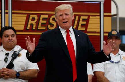 El presidente de EEUU, Donald Trump, junto a bomberos en Florida