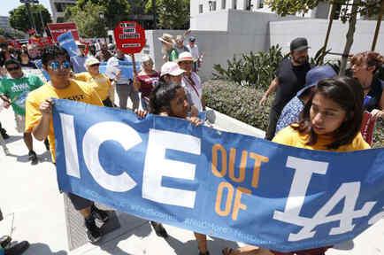 Manifestantes protestan por la colaboración del Sheriff de Los Ángeles con ICE