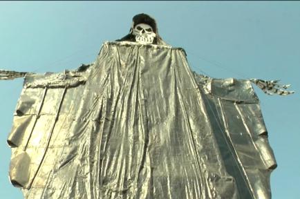 Con 72 pies de altura y 19 pies de base, una gigantesca estatua de la Santa Muerte se erige en Tultitlán, en el céntrico Estado de México