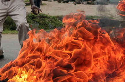 Fuego provocado por gasolina en una foto de archivo