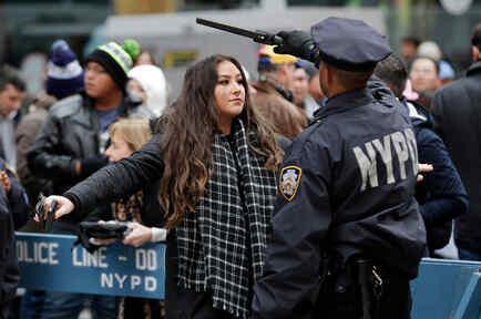Una mujer es cacheada por un agente de policía de Nueva York
