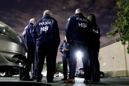 Agentes de ICE, durante una operación en California el miércoles.